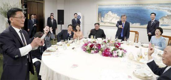 27일 남북 정상회담 만찬장에서 참석자들이 북한 마술사의 마술공연을 보고 있다. (판문점=한국사진공동취재단)