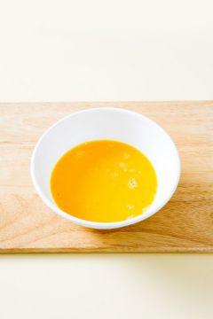 2. 달걀은 곱게 풀어 소금과 후춧가루로 간을 한다.