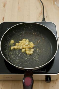 5. 바나나 소테를 만든다. 팬에 버터를 녹여 잘게 썬 바나나를 넣고 황설탕, 럼 순으로 뿌린 뒤 잘 저으면서 캐러멜화한다.