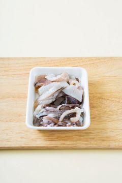 1. 오징어는 깨끗하게 손질하여 안쪽에 칼집을 내어 먹기 좋은 크기로 썬다. 오징어 다리는 하나씩 떼어 먹기 좋은 크기로 썬다.