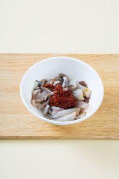 3. 분량의 양념장을 섞어 오징어를 넣어 버무린다. (고추장 2, 고춧가루 1.5, 다진 마늘 1, 굴소스 0.5, 물엿 1, 설탕 0.3)