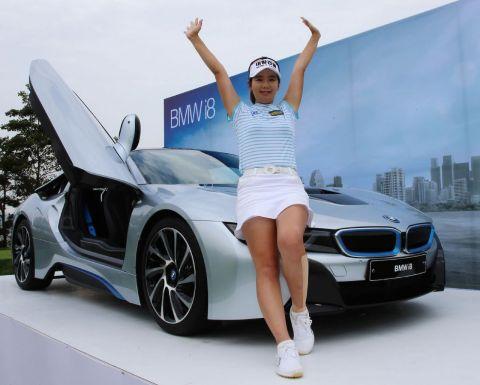 서하경이 2015년 7월 BMW레이디스에서 홀인원 부상으로 2억원이 넘는 BMW i8을 받은 뒤 환호하고 있는 장면. 사진=KLPGA