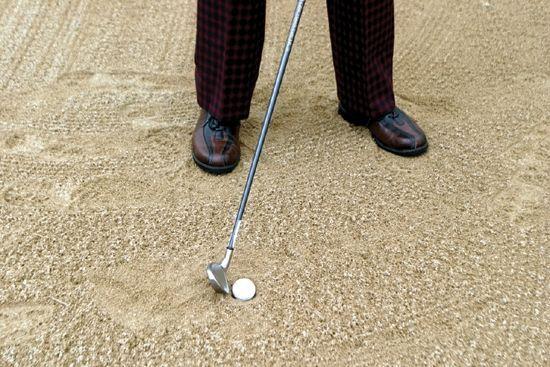 프라이드 에그 벙커 샷은 클럽을 닫고, 공의 2~3cm 뒤를 내려찍는 '폭발 샷'을 해야 한다.