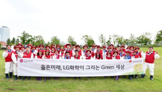 LG화학, '밤섬' 지킴이 활동…생태계 교란식물 제거