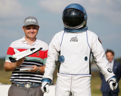 앤디 설리번(왼쪽)이 2014년 KLM오픈에서 홀인원을 터뜨린 뒤 '우주여행권'을 받뜨고 기념 촬영을 하고 있는 장면.