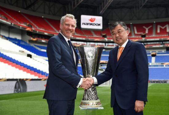 (왼쪽부터) 기로렝 앱스뗑 UEFA 마케팅 본부장, 김한준 한국타이어 구주지역본부장(전무)