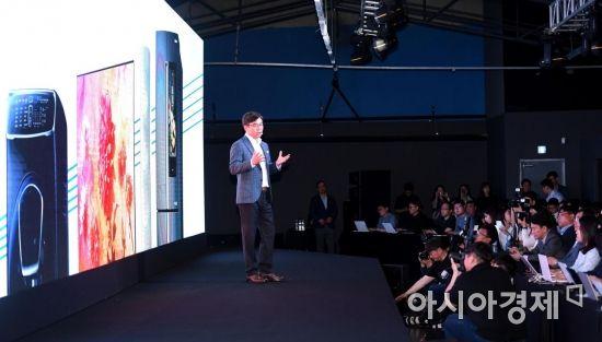 [포토] 빅스비와 연계한 홈 IoT 설명하는 김현석 사장
