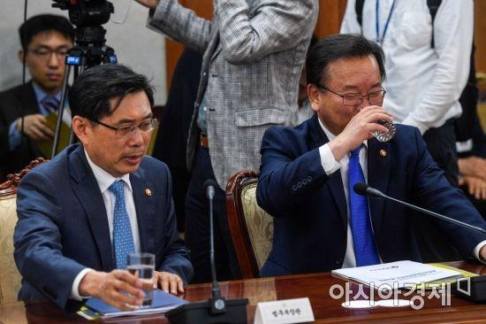[포토] 물 마시는 김부겸 행정안전부 장관