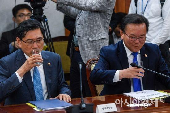 [포토] 물 마시는 박상기 법무부 장관