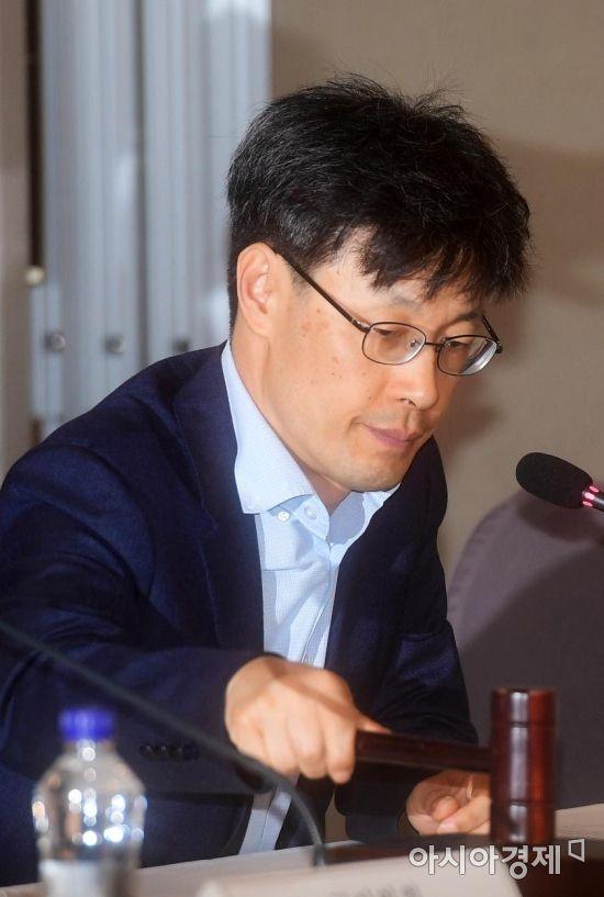 [포토]의사봉 두드리는 김성호 상임위원