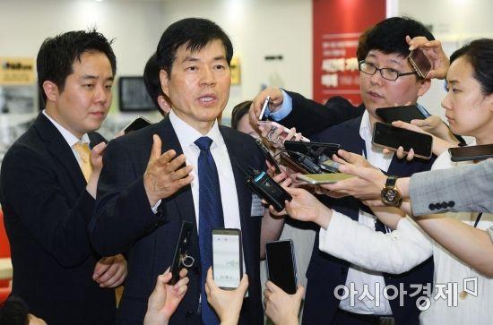 [포토] 취재진들에게 소명하는 김태한 삼성바이오로직스 사장