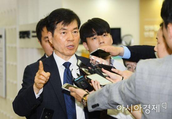 [포토] 취재진 질문에 답하는 김태한 사장