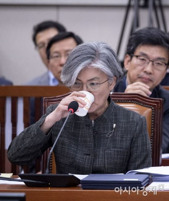 [포토] 물 마시는 강경화 외교장관