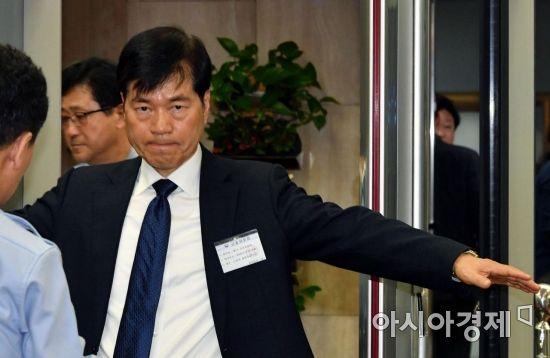 [포토] 보안 검색받는 김태한 삼성바이오로직스 사장