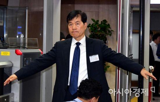 [포토] 보안 검색받는 김태한 사장