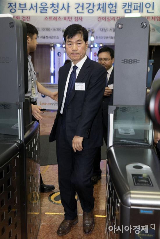 [포토] 정부청사 검색대 통과하는 김태한 사장