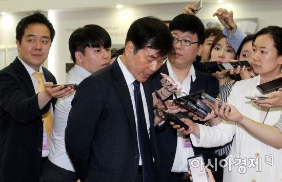 [포토] 취재진과 인터뷰하는 김태한 사장