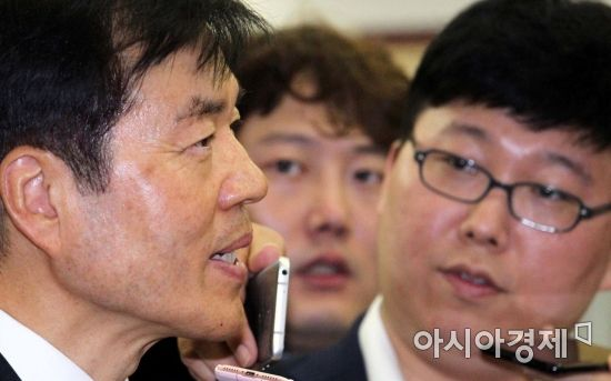 [포토] 기자들 질문에 답하는 김태한 사장