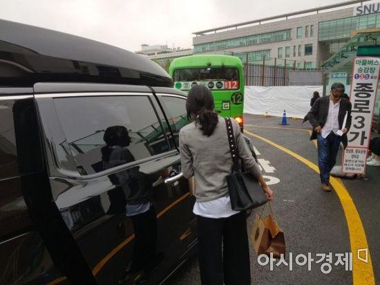 구본무 회장의 며느리인 정효정 씨가 17일 오후 서울대 병원에서 떠나고 있다.