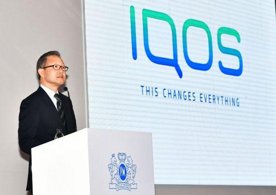 정일우 한국필립모리스 대표이사가 기자간담회에서 아이코스 특징에 대해 설명하고 있다.