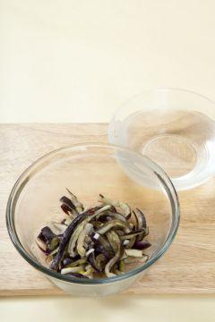 4. 생수 3컵에 설탕 1, 식초 2를 넣어 새콤달콤하게 간을 하여 양념한 가지에 붓고 소금으로 간한다. (Tip 시원하게 먹을 때에는 얼음을 1~2개 넣는데,이 때에는 간을 약간 세게 해야 얼음이 녹아도 간이 맞는다.)