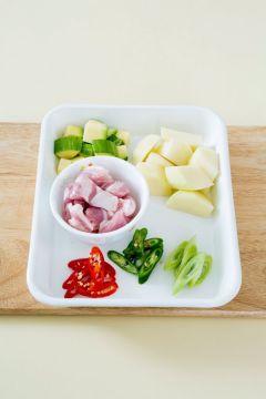 1. 감자, 애호박, 돼지고기는 한입 크기로 썬다. 풋고추, 홍고추, 대파는 어슷하게 썬다.