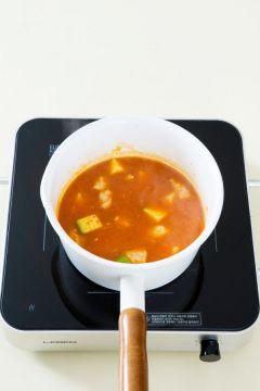 3. 국물이 끓으면 고추장과 고춧가루를 넣고 끓여 끓어오르면 감자와 애호박을 넣어 10분 정도 끓인다.