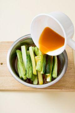 6. 김치통에 오이를 담고 ⑤의 국물에 붓고 실온에서 3~4시간 정도 익혀 냉장실에 넣는다.  (tip 냉장 보관하면 10일 정도 먹을 수 있다.)