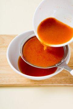 5. 생수 1컵+1/2컵에 찹쌀풀, 액젓, 매실액을 넣고 섞어서 체에 걸러 빨갛게 국물을 만든다. (tip 액젓은 까나리액젓이나 멸치액젓이 적당하다. )
