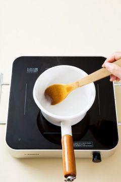 3. 찹쌀풀을 만든다. 물 1컵과 찹쌀가루를 섞어서 냄비에 넣고 중간 불로 3분 정도 저어주면서 끓여 풀을 쑤어 식힌다. (물 1컵, 찹쌀가루 1)