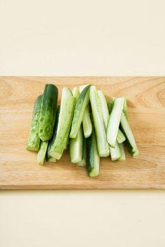 1. 오이는 굵은소금 1로 문질러 껍질째 씻어 세로로 4등분한다. 먹기 좋은 길이로 2~3등분한다.