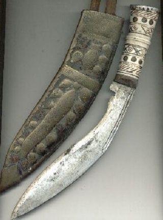 구르카 용병대의 상징인 단도, '쿠크리(khukri)' 모습. 엄폐물이 많아 정밀한 사격이 불리한 산악이나 정글전에서 구르카 용병대는 쿠크리 하나로 수많은 적군을 베어 용맹을 떨친 것으로 유명하다.(사진=위키피디아)