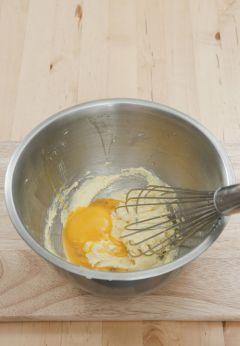 3. 버터와 설탕을 섞어 크림화시킨 후 달걀을 두세 번에 걸쳐 나누어 넣고 거품기로 섞는다.
