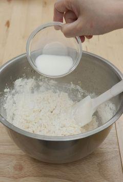 4. ③에 체를 친 ①의 밀가루를 넣고 주걱으로 자르듯이 섞은 후 우유 80g을 넣어 섞고 바나나와 호두를 넣고 살짝 섞는다.