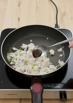 3. ②에 밥을 넣어 볶다가 굴소스를 넣고 소금, 후춧가루로 간을 한다.