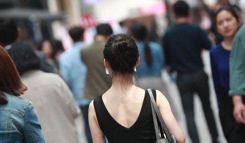 한 시민이 시원한 여름복장으로 길거리를 거닐고 있다. 사진은 기사 중 특정표현과 관계 없음. 사진=연합뉴스.