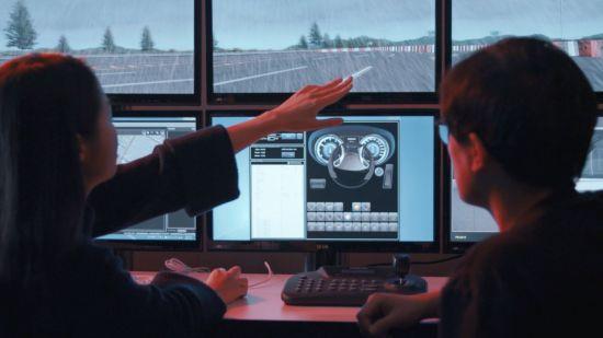 현대모비스 연구원들이 컴퓨터 시뮬레이션으로 가상의 도로환경을 반영한 인포테인먼트 제품의 사용자 경험(UX)을 분석하고 있다.