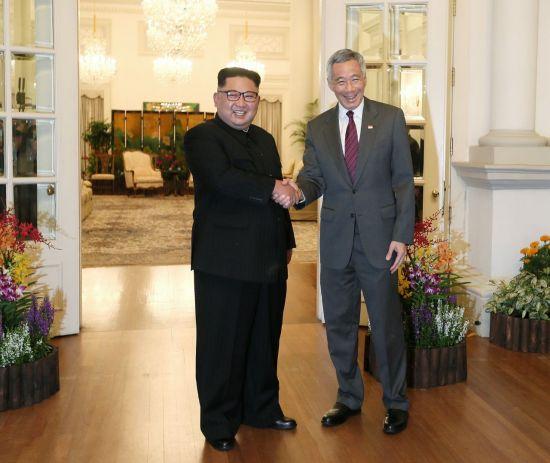 6·12 북미정상회담을 이틀 앞둔 10일 오후 북한 김정은 위원장이 싱가포르 이스타나궁에서 리셴룽(李顯龍) 싱가포르 총리와 회담에 앞서 악수하고 있다. (출처 = 연합뉴스)