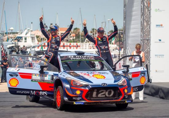 '2018 WRC 이탈리아 랠리'에서 우승을 차지한 티에리 누빌 (오른쪽)과 니콜라스 질술(티에리 누빌의 코 드라이버)이 우승을 차지하고 환호하는 모습
