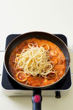 4. 토마토 소스와 생크림을 넣어 끓이다가 삶은 스파게티를 넣고 버무려 소금과 후춧가루로 간한다.