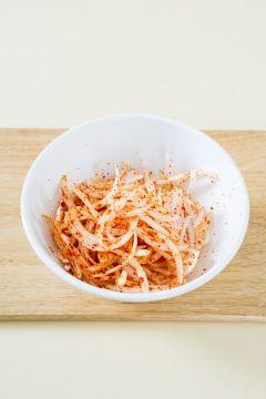 3. 나머지 양념 재료를 넣어 버무린 다음 통깨를 뿌린다. (설탕 0.5, 식초 1, 소금 약간)