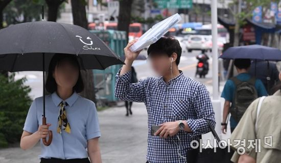 [포토] '우산 대신'