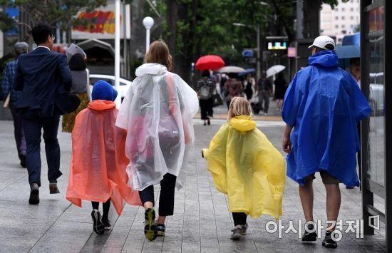 [포토] '개성만점 우비 관광객 가족'