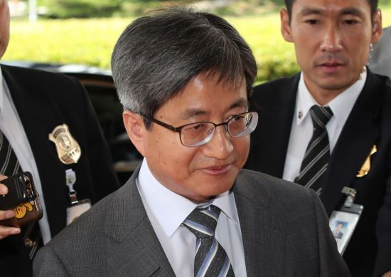 김명수 대법원장이 지난 12일 오전 서울 서초구 대법원으로 출근하고 있다. 대기하고 있는 기자들이 질문공세를 펼쳤지만 김대법원장을 별다른 입장을 밝히지 않았다. [이미지출처=연합뉴스]