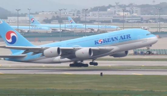 인천공항을 이륙 중인 비행기.[사진=유튜브 화면캡처]