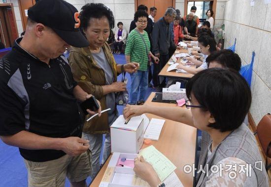 [포토] 이른 아침부터 투표소 찾은 시민들