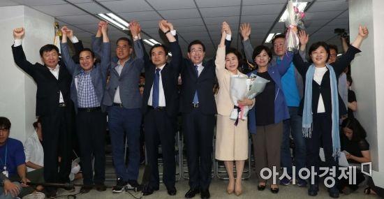 [포토] 승리 자축하는 박원순 캠프