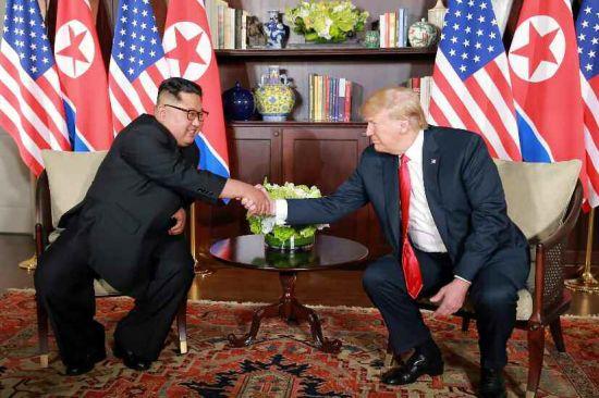 지난 12일 싱가포르 센토사섬 카펠라호텔에서 열린 북미정상회담에 앞서 김정은 북한 국무위원장과 도널드 트럼프 미국 대통령이 악수하고 있다(사진=연합뉴스).