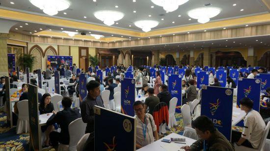 지난 4월 중국에서 열린 2018 항주애니페스티벌(CICAF)에 마련된 한국공동관에서 참가자들이 상담하고 있다.