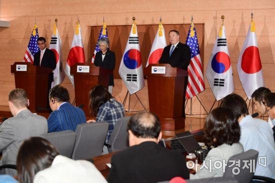 한미일 외교장관 회담을 마친 강경화 외교부 장관(가운데)과 마이크 폼페이오 미국 국무장관(오른쪽), 고노 다로 일본 외무상이 14일 서울 외교부 국제회의장에서 공동기자회견을 하고 있다. /문호남 기자 munonam@